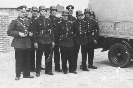 Gründer der Feuerwehr Zeppelinheim neben Geräte-Laster der Zeppelin-Reederei