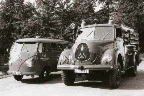 VW-Bus mit Anhänger und Magirus TLF 15