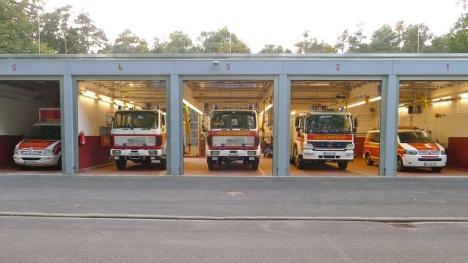 Blick auf die Fahrzeuge im Feuerwehrhaus Zeppelinheim