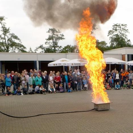 Vorführung der Auswirkung von Löschen mit Wasser bei brennendem Fett