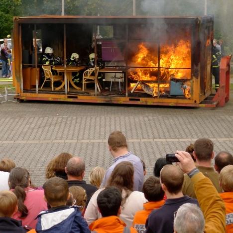 Vorführung Löschen eines Wohnzimmerbrandes im Container