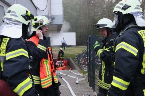 Einsatzübung mit der Flughafenfeuerwehr Frankfurt/M. - Zweiter Trupp mit Atemschutz bereit