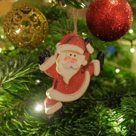 Weihnachtsmann am Tannenbaum